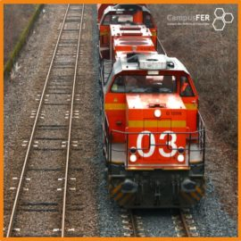 Train orange en circulation