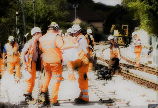 Personnel ferroviaire travaillant sur une voie